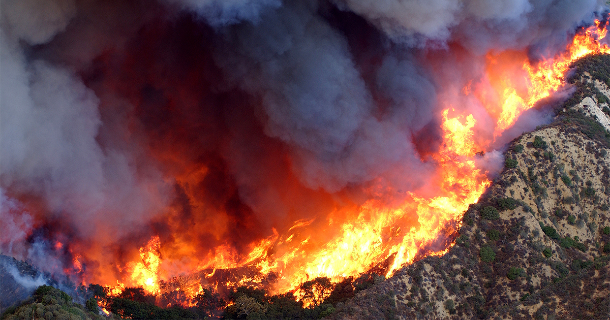 Fire raging in California's Simi Valley