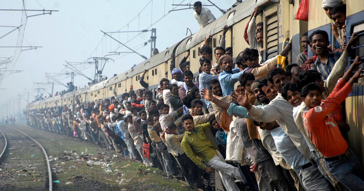 crowd hangs off train in India
