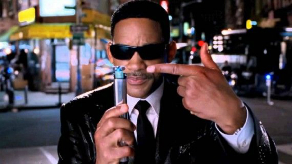 Will Smith holds up neuralizer in Men in Black